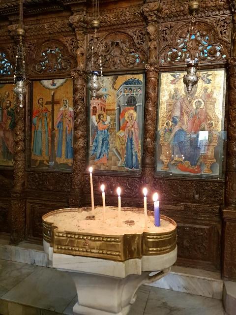 נרות דולקים מול האיקונוסטאזיס בכנייסת הבשורה האורתודוקסית בנצרת