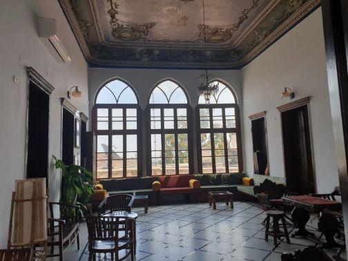 חדר הליוואן עם התקרות המצוירות באכסניית פאוזי עאזר בשוק נצרת