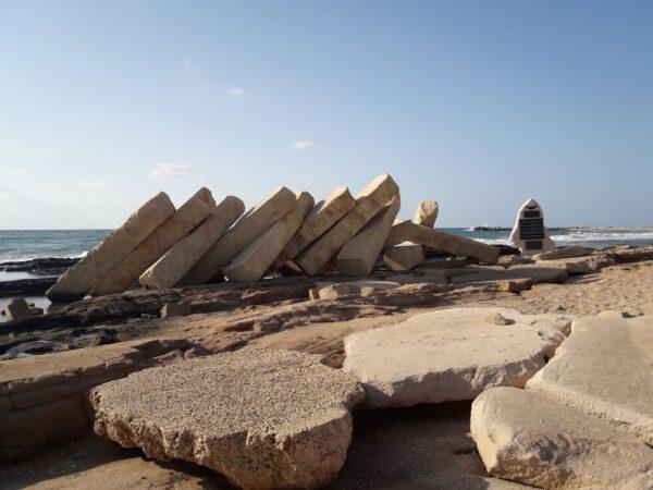 סלעים בחוף שבי ציון