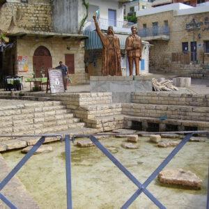 חצר עתיקות בעיר פקיעין