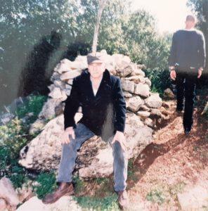 נורמן יושב על הפירמידה בכניסה לשביל נורמן